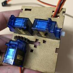 Servos held in place by slots and cabling